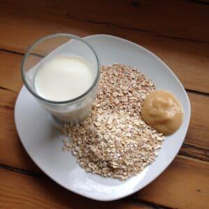 Getreide-Milch-Brei mit Obstmus