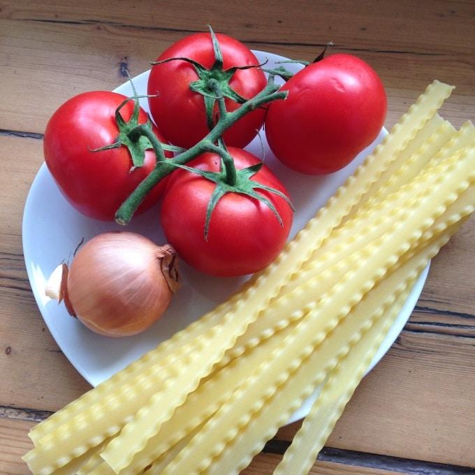 nudeln-mit-frischer-tomatensosse-zutaten