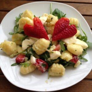 Gnocchis mit Pesto, Rucola, Mozzarella und Erdbeeren