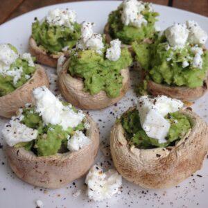 Champignons mit Avocado und Feta gefüllt