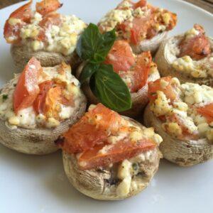Champignons mit Tomate und Frischkäse gefüllt