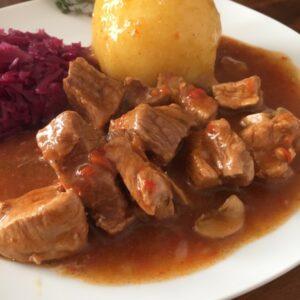 Gulasch mit Kartoffelklößen und Rotkohl