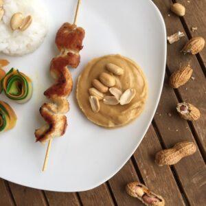 Hähnchen mit Erdnusssoße, Gemüse und Reis