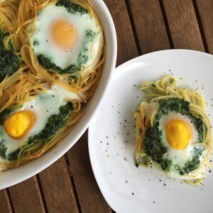 Spaghettinester mit Spinat und Ei