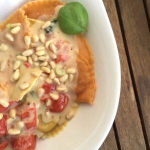 Ravioli mit Sahne-Basilikum-Tomaten-Soße