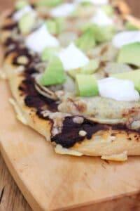Pizzazunge mit frijoles und Avocado