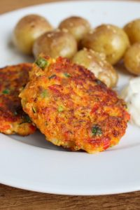 Gemüsefrikadellen mit Sesamkartoffeln und Kräuterquark