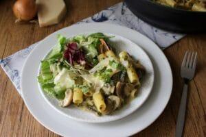 One-Pot-Pasta mit karamellisierten Zwiebeln, Champignons und Spinat