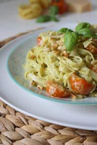 Pasta mit Pestorahm und Tomaten