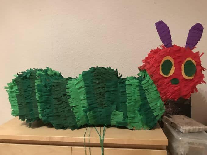 Papa bastelt eine Raupe Nimmersatt-Piñata