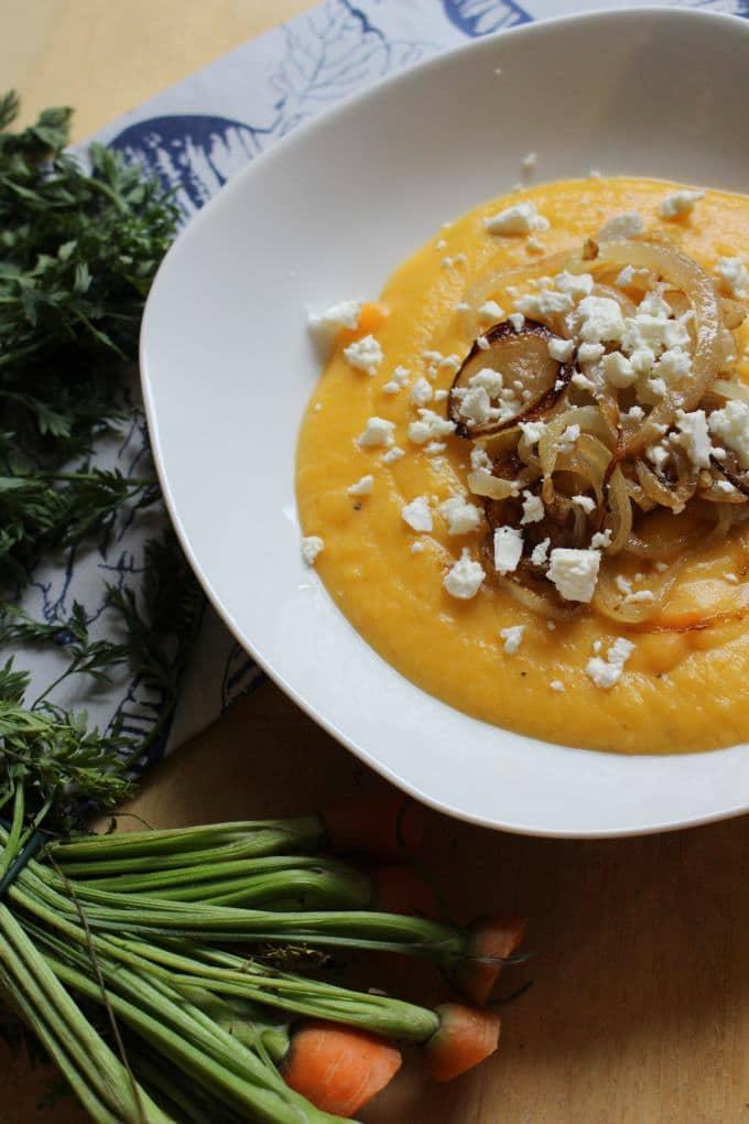 Möhrencremesuppe mit Feta und Zwiebeln