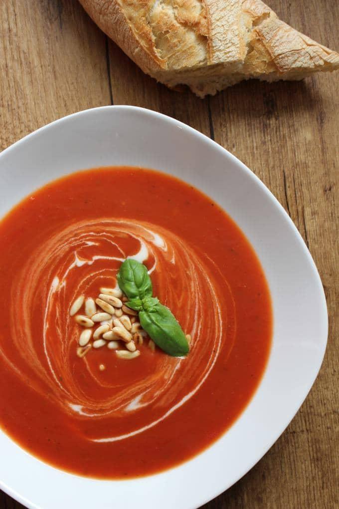 Tomatensuppe mit Pinienkernen