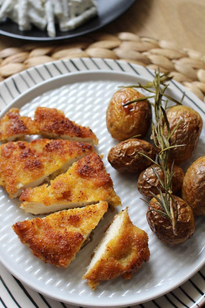 Hähnchenschnitzel mit Parmesankruste und Rosmarinkartoffeln