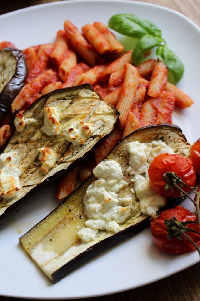 Pasta mit Tomatensoße, Aubergine und Feta