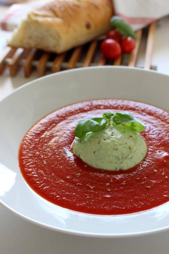Tomatensuppe mit Basilikum-Ricotta-Creme