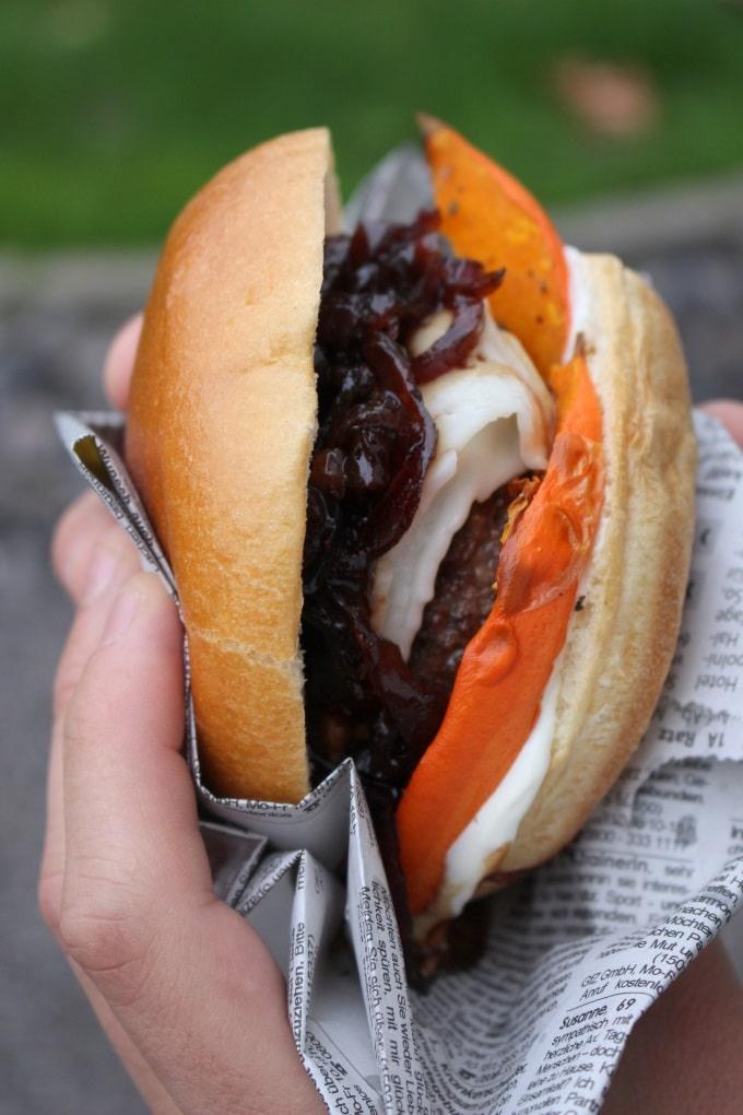 Burger mit Ofen-Kürbis, Ziegenkäse und Zwiebelmarmelade