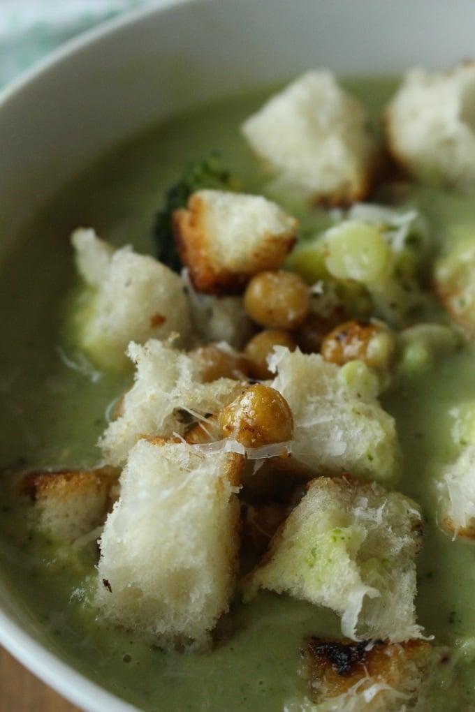 Brokkoli-Kichererbsen-Suppe mit Parmesan-Croutons