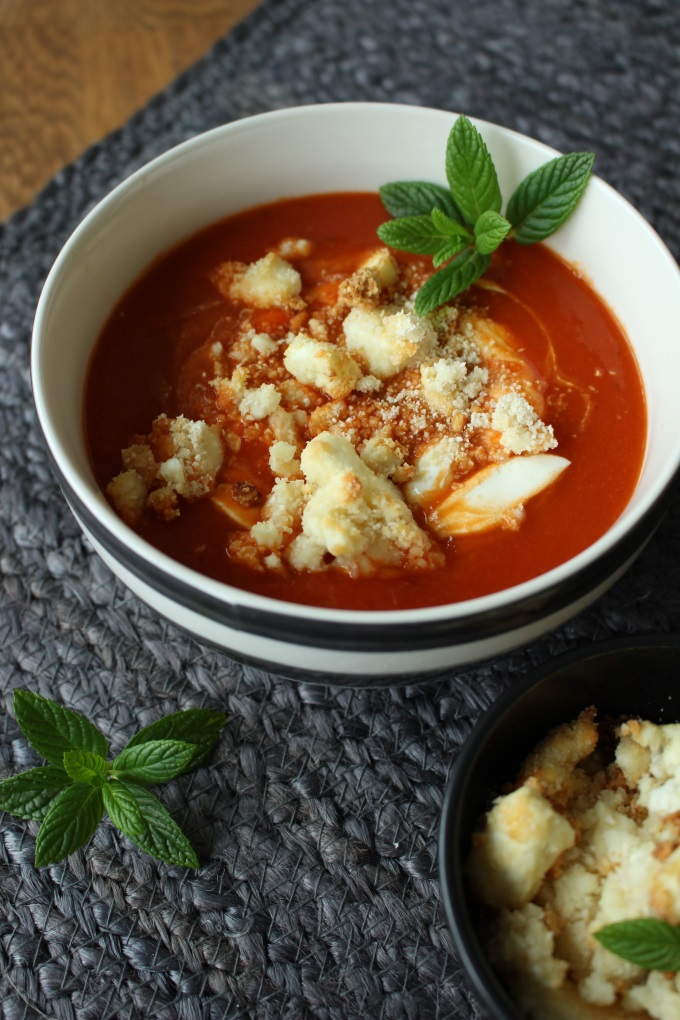Tomaten-Paprika-Suppe mit Knusperfeta