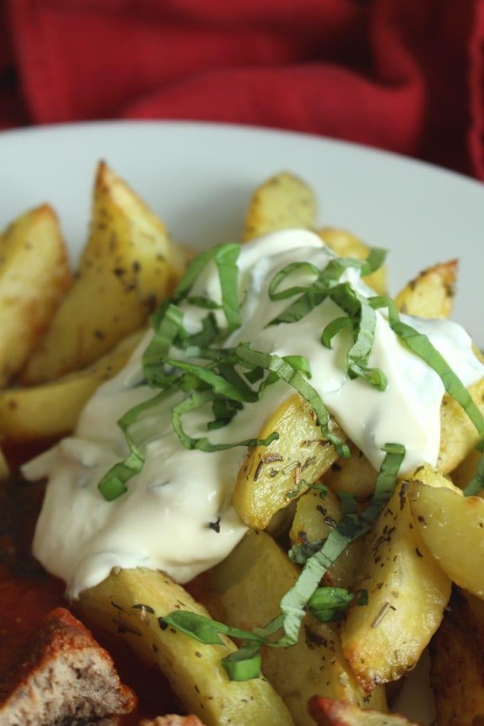 Mediterrane Hackbällchen mit Oregano-Kartoffeln und Basilikum-Dip