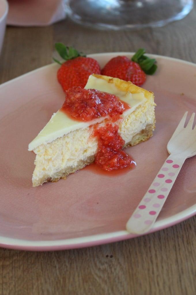 New York Cheesecake mit Erdbeersauce