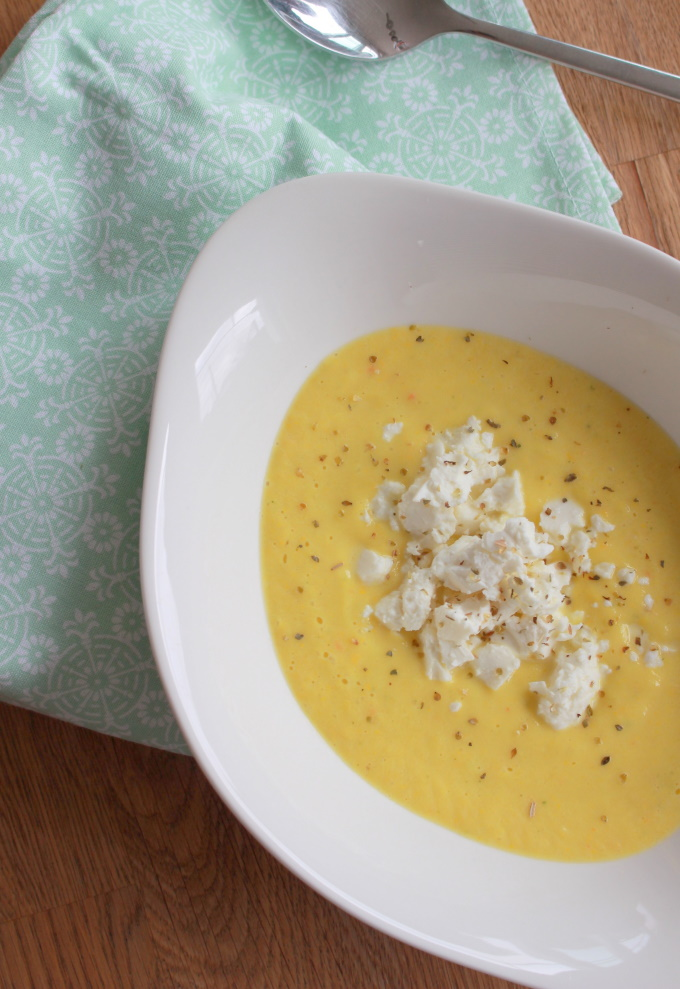 Gelbe Zucchinicremesuppe mit Feta
