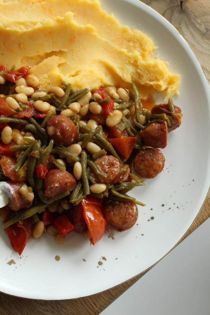 Bohnen-Mettwurst-Pfanne auf Kartoffelpüree
