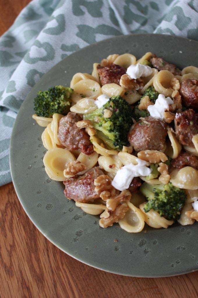 Orecchiette mit Bratwurst, Brokkoli, Walnüssen und Ziegenfrischkäse