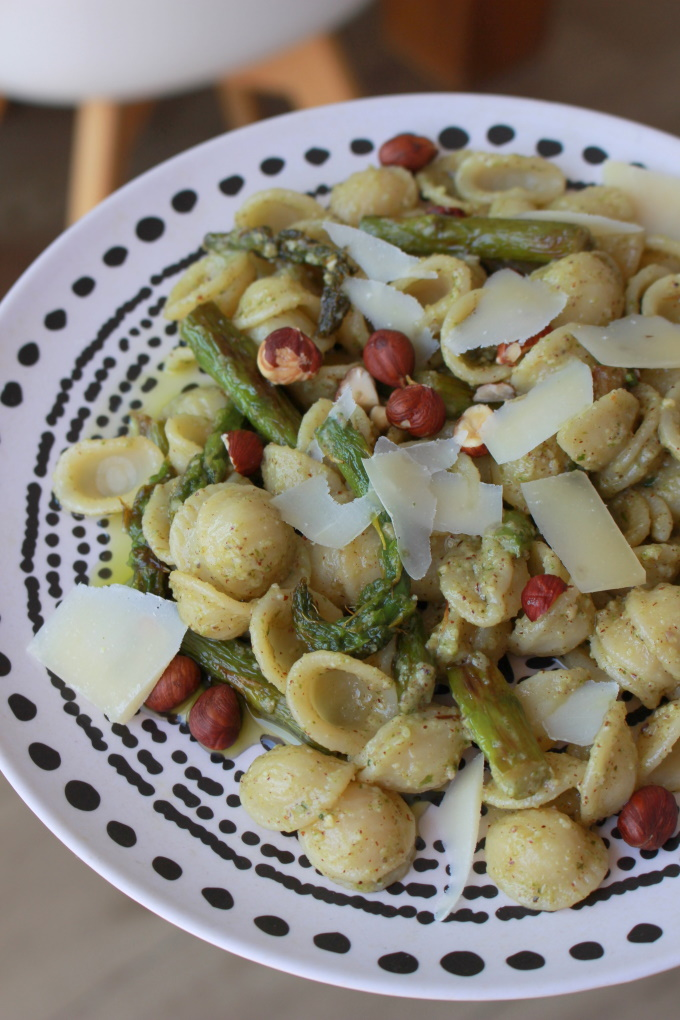 Orecchiette mit Haselnuss-Basilikum-Pesto und grünem Spargel