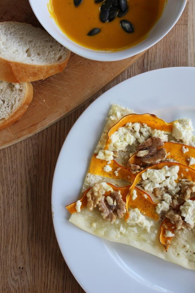 Kürbis-Flammkuchen mit Feta, Honig und Walnüssen