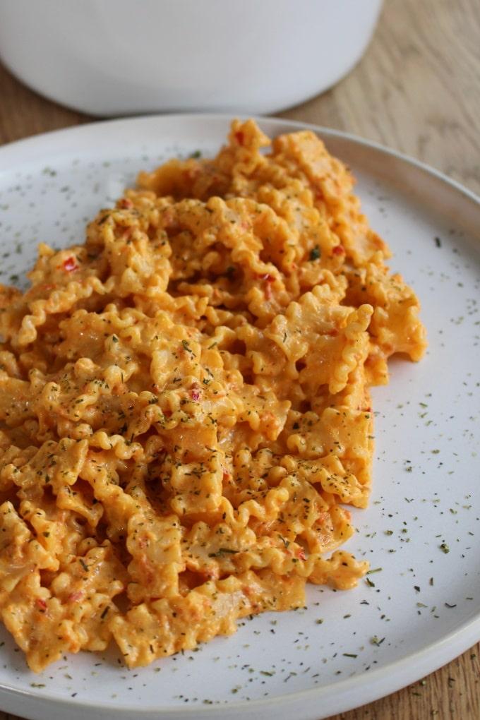 Pasta mit Ajvar-Frischkäse-Sauce