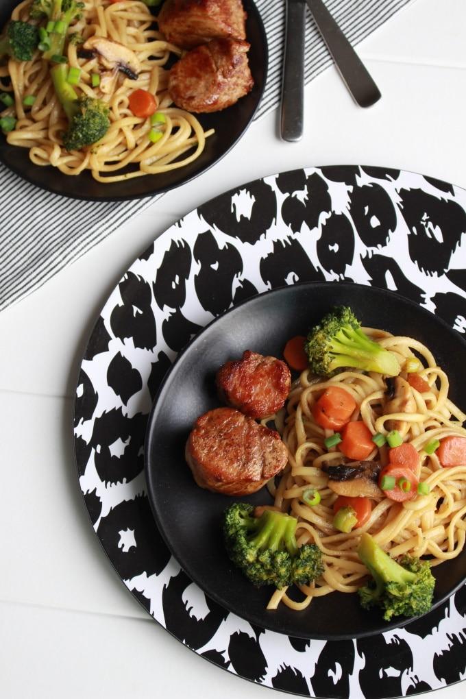 Currynudeln mit Gemüse und Schweinemedaillons