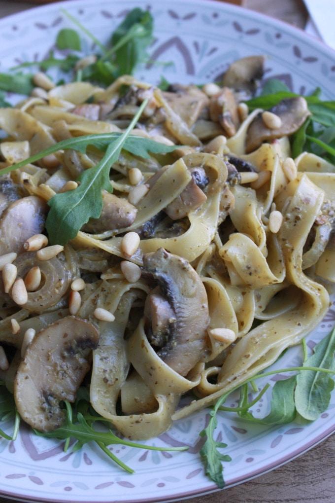 Tagliatelle mit Champignons und Basilikum-Rucola-Pesto