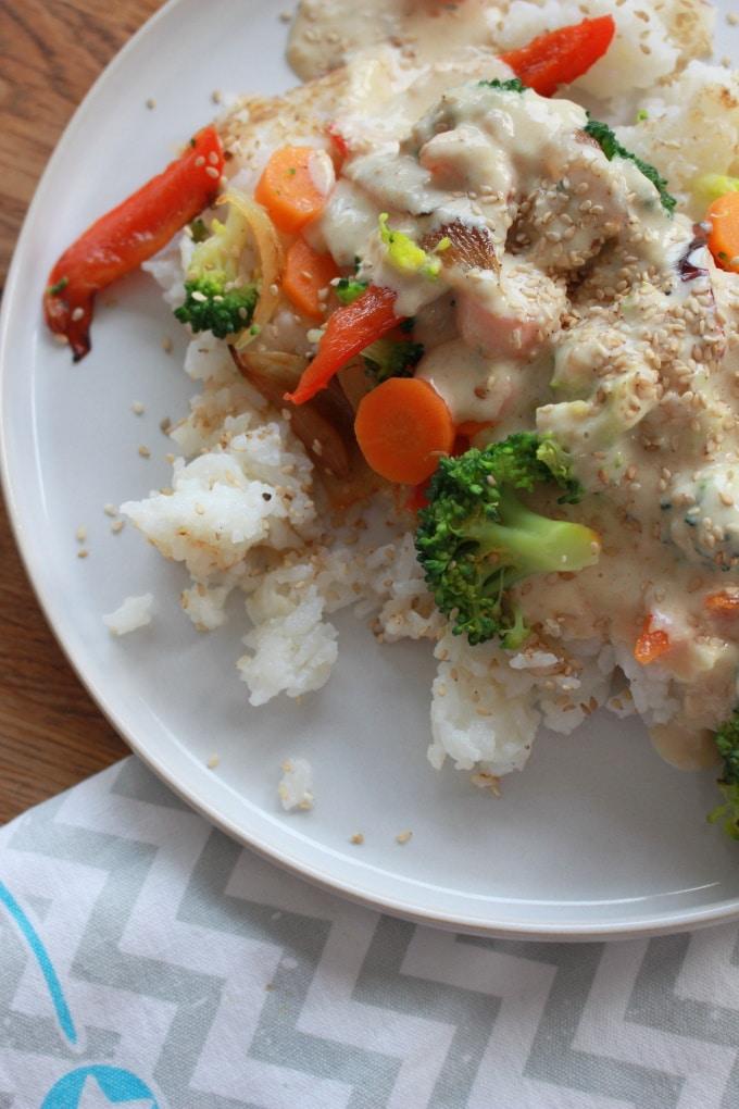 Reis mit Gemüse und Erdnusssoße