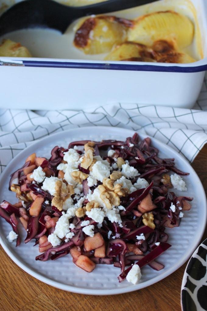 Rotkohlsalat mit Apfel, Walnüssen und Feta