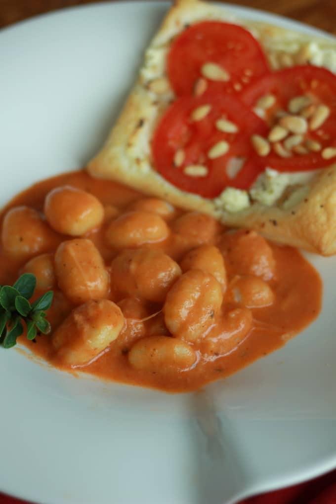 Gnocchi mit Tomaten-Mozzarella-Sauce