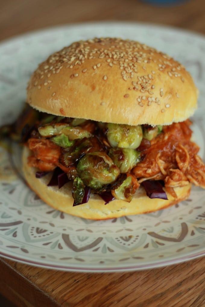Pulled Chicken Burger mit Rosenkohl