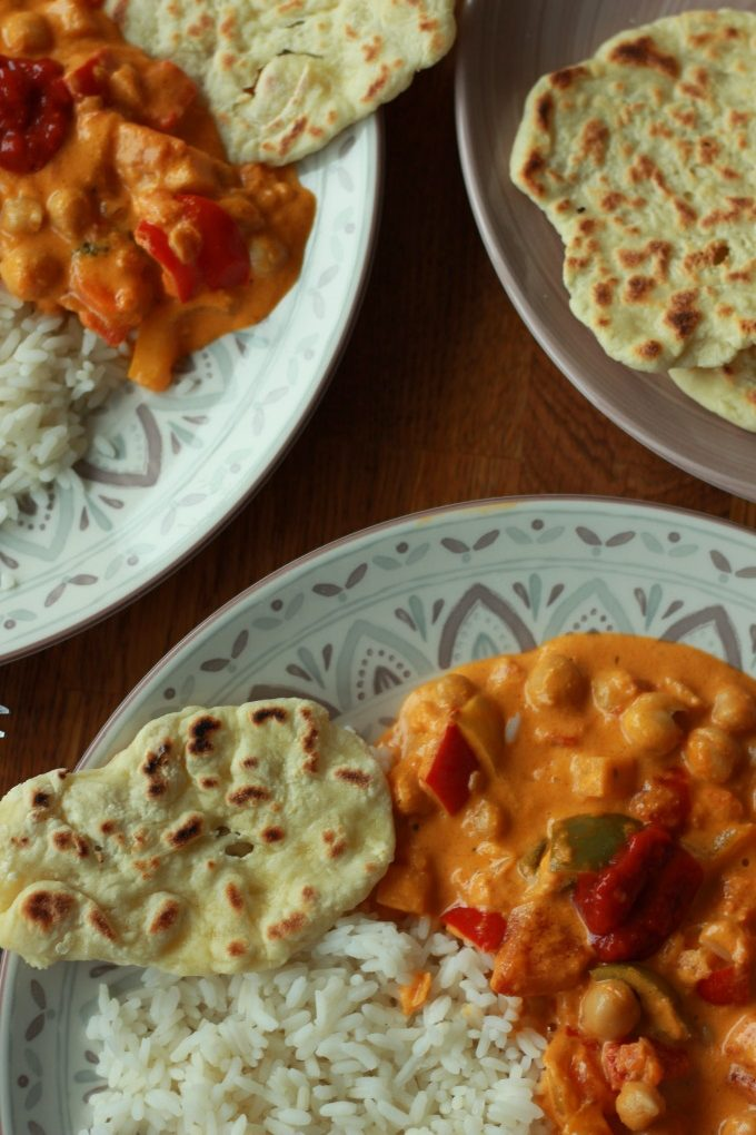 Rotes Curry mit Naan-Brot